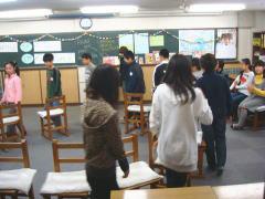 2009 小学生英語パーティ  英語の歌に合わせてイス取りゲーム