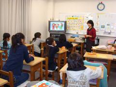 2009 1月 小学生英語(2)  先生の英語に聞き入っています