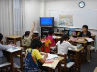 B教室 授業風景  小学生が楽しく勉強しています