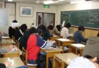 A教室 授業風景  中学生が熱心に勉強しています
