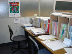 A教室 講師用デスク  奥はMJ先生手前はK先生YH先生のデスク