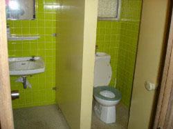塾の男子用トイレ  洋式の大便器、右に小便器があります